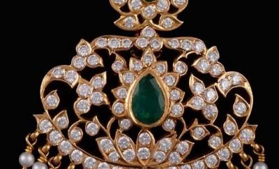 closed set diamond emerald locket